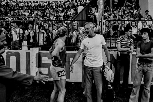 Jozef Plachý po senzačnom čs. rekorde na 1500 m na mítingu PTS 1977 v spoločnosti nadšených divákov na bratislavských Pasienkoch a trénera Jana Lišku.