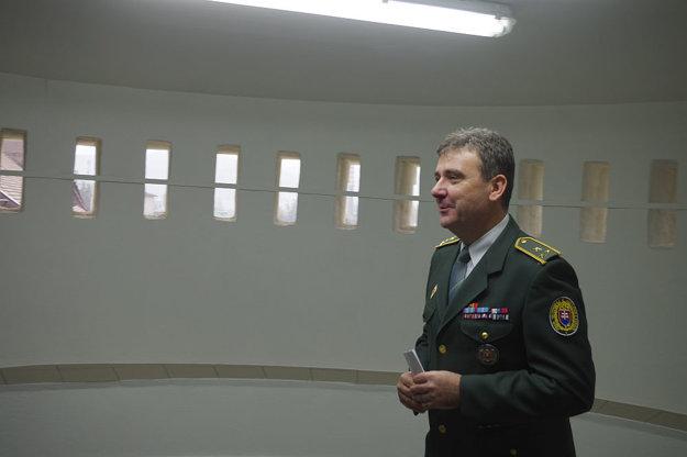 Riaditeľ väznice Marián Nosáľ ukazuje priestory v zrekonštruovanej časti, kde je aj miestnosť na fajčenie.