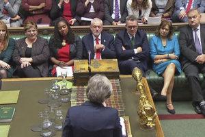 Najťažší súboj čaká Theresu Mayová v britskom parlamente.