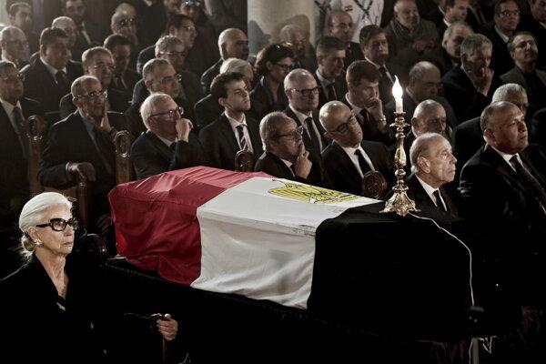 Na čele pohrebného sprievodu kráčal egyptský prezident Abdal Fattáh Sísí. (SITA)