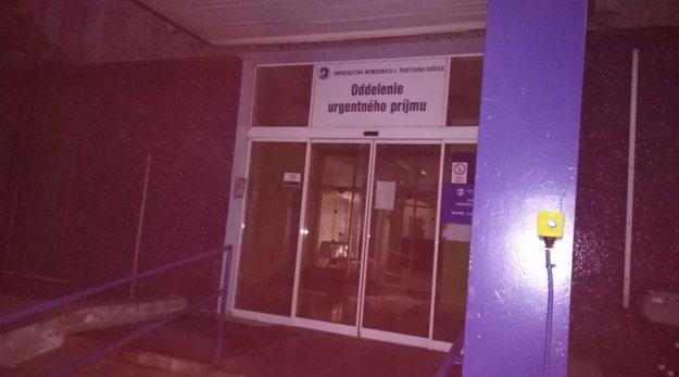 Oddelenie urgentného príjmu je označené až nad vchodom.
