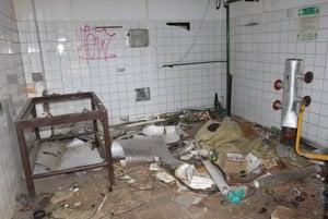 V interiéroch budov je neporiadok, takmer všetko je zdevastované.