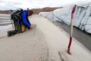 Profesor Kurt Kjær pri odoberaní vzoriek piesku pri ľadovci Hiawatha.