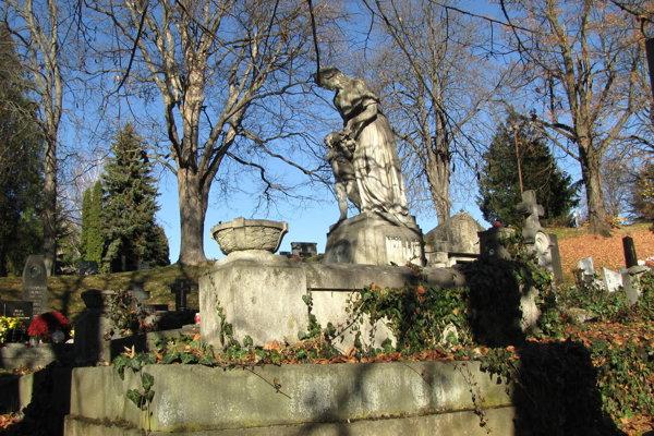 Impozantná hrobka patrí k najkrajším na rímskokatolíckom cintoríne.