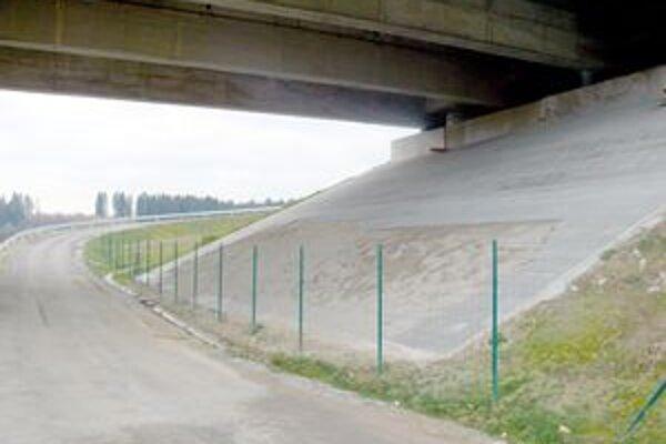 """Poškodené oplotenie a ukradnuté dlaždicové kocky pod mostom v Považskej Bystrici nahlásili """"diaľničiarom"""" v septembri."""