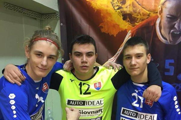 Zľava Róbert Korpa, Christpher Bako aTomáš Dévai vreprezentačných dresoch Slovenska.