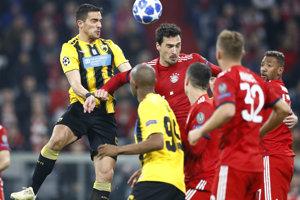 Hráč AEK Atény Vasileios Lampropoulos a Mats Hummels z Bayernu v hlavičkovom súboji.