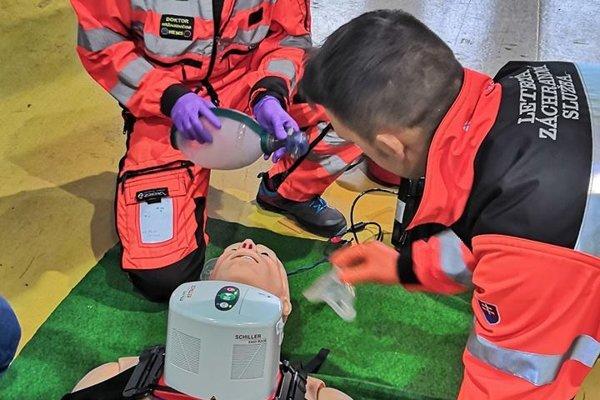 Leteckí záchranári učia pracovať s novým prístrojom