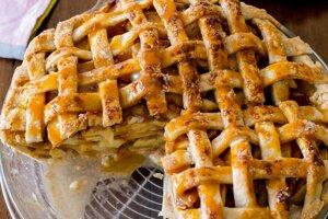 Jablkový koláč so slaným karamelom je delikatesa.