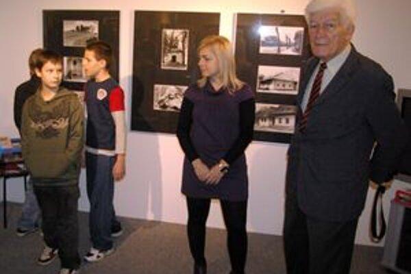 Ambróz Gabčo s kurátorkou Miriam Tvrdou a deťmi pred začiatkom prednášky.