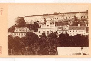 Vzácny historický záber už neexistujúcej ortodoxnej synagógy na Zámockej ulici zroku 1870 zo zbierok Múzea mesta Bratislava.