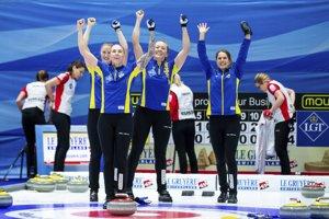 Reprezentantky Švédska oslavujú titul majsteriek Európy v curlingu.