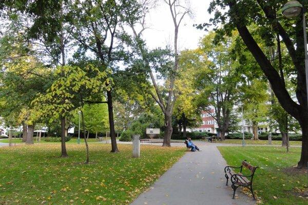 V parku zostal len podstavec.