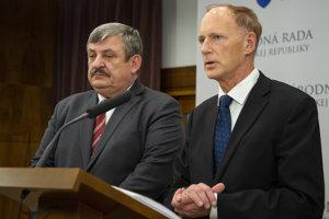 Na snímke poslanci NR SR vľavo Anton Hrnko a vpravo Jaroslav Paška.