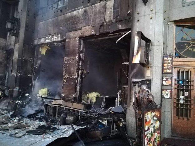 Na Vianočných trhoch v Bratislave zhorel stánok, poškodená je aj reštaurácia, pri ktorej stál.