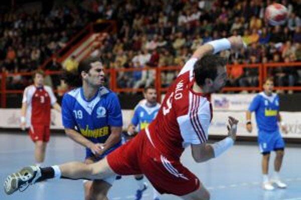 Daniel Vallo (v červenom)prispel k výhre Slovenska troma gólmi.