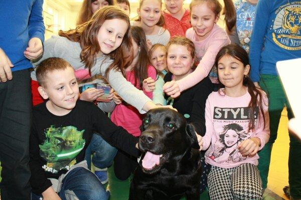 Terapeutického psa si hneď obľúbili všetky deti.