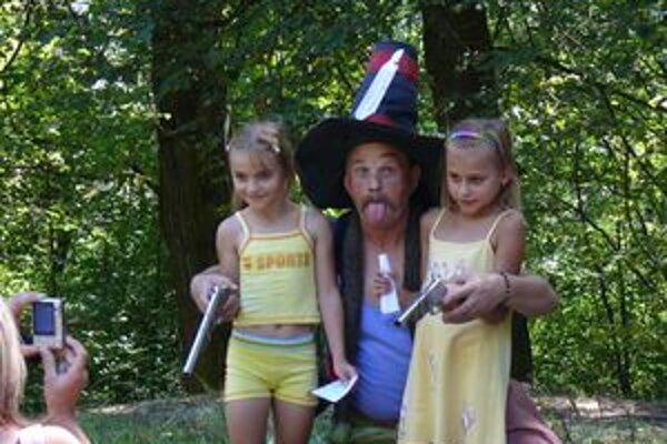 Deti sa zbojníka vôbec nebáli.