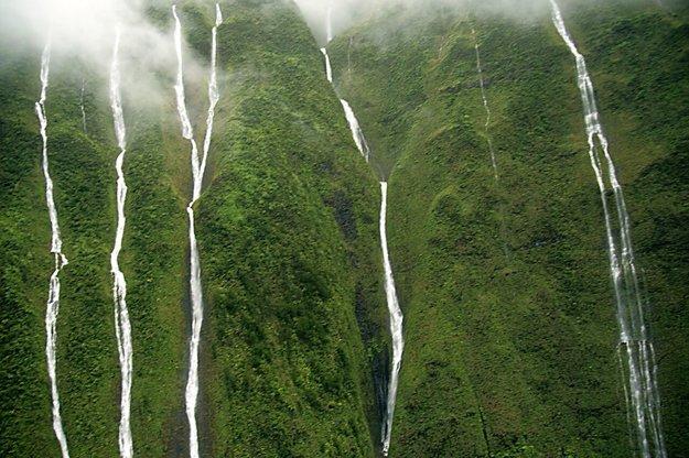 Vodopády stekajúce z vrcholu Wai'al'ale. Pre nás s príznačným názvom: Stena sĺz.