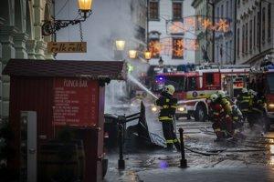 Hasiči počas požiaru na Hlavnom námestí v Bratislave.