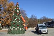 Vianočný strom už stojí aj v Humennom.