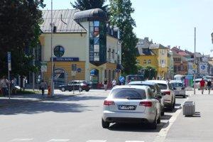 Dnes na mieste farbiarskeho domu a neskôr domu rodiny Sternlichtovcov stojí Tatra banka.