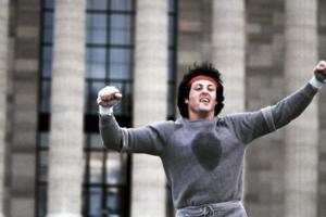Sylvester Stallone ako Rocky Bablboa na schodoch múzea vo Philadelphii.