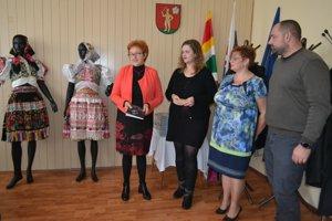 Vďaka Jane Čerepovej a Michaele Škodovej sa o kráse ábelovského kroja dozvedia aj budúce generácie.