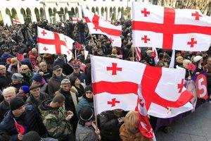Tisíce ľudí v Gruzínsku protestovali proti výsledkom prezidentských volieb.