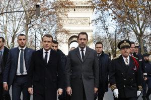 Macron po návrate zo summitu G20 v Argentíne, navštívil Víťazný oblúk, ktorý demonštranti poškodili a posprejovali grafitmi.