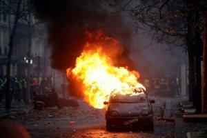 Demonštranti podpálili počas protestov v Paríži 112 áut.