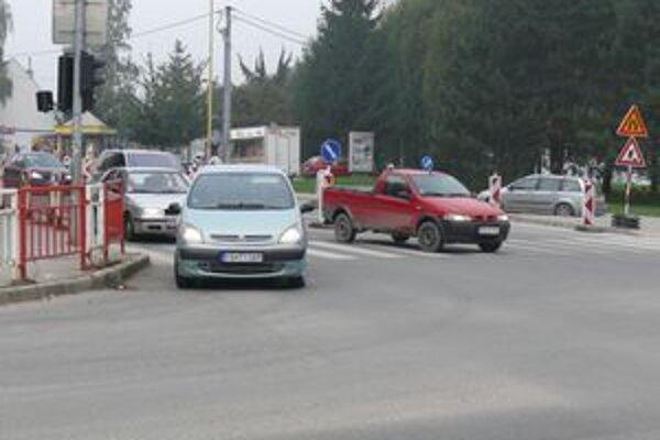 Zatiaľ sú obmedzenia len na príjazdových cestách hlavnej križovatky pri pošte.