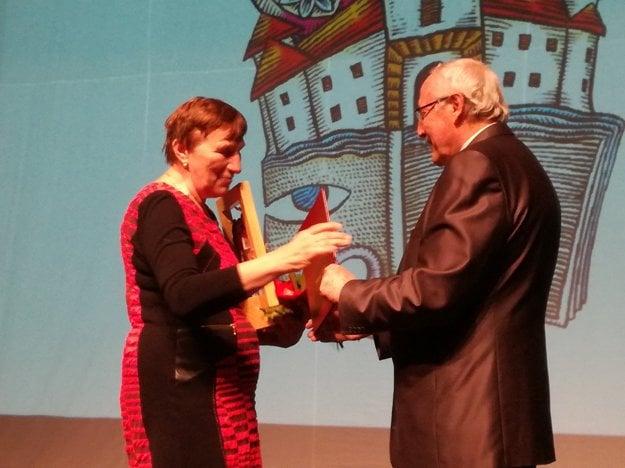 Za Štátny archív, pobočka Šaľa prevzala cenu riaditeľka Veronika Nováková.