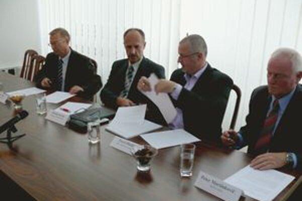 Koalícia SaS, Strana zelených a Most-Híd predstavila dnes spoločného kandidáta na primátora (druhý zľava).