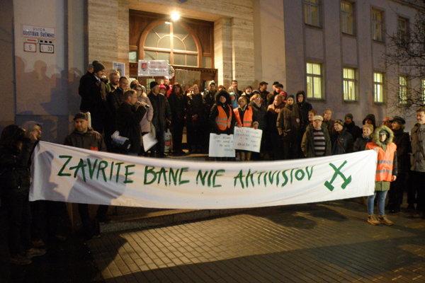 Protestujúci sa prechádzali pre Okresným súdom v Prievidzi.