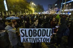 Protestné zhromaždenie Solidarita s aktivistami a aktivistkami Greenpeace na námestí SNP v Bratislave.