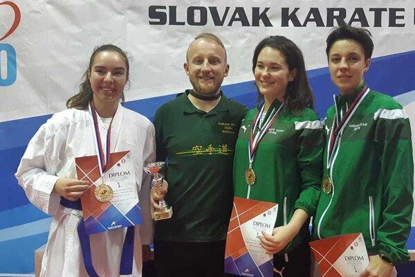 Víťazná žilinská zostava - majsterky Slovenska v kumite junioriek do 21 rokov.