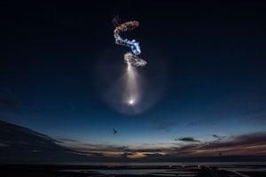 Úkaz na oblohe po štarte rakety falcon 9 s misiou CRS-15.