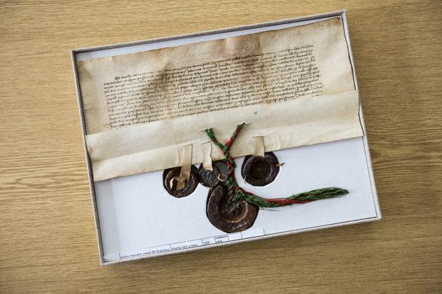 Vzácna listina Bratislavskej kapituly zo 14. apríla 1427. Potvrdzuje fundáciu Magdalény z Riesenburgu pre farára u sv. Martina. Nachádza sa v Archíve mesta Bratislava.