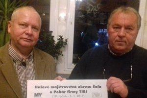 Tibor Rábek a Ladislav Kokeš st. pózujú pri vyžrebovaných skupinách 19. ročníka Pohára TIBI.