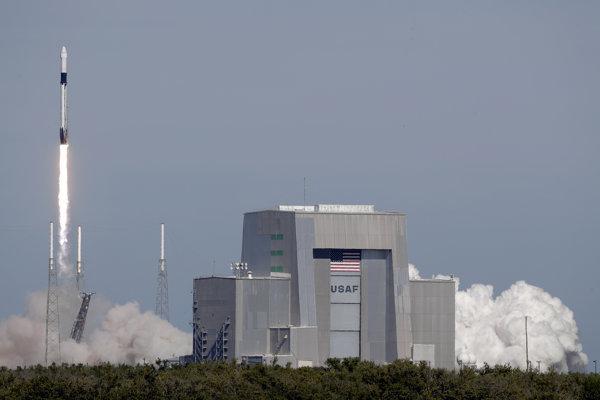 Nepilotovanú nákladnú loď Dragon vyniesla na obežnú dráhu nosná raketa Falcon 9 z Mysu Canaveral na Floride.