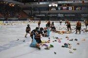 Na michalovskom ľade pristálo v stredu večer presne 1103 plyšových hračiek.