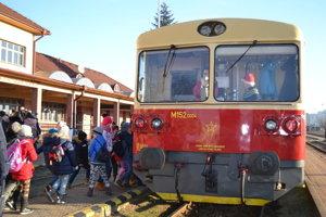 Mimoriadny vlak za Mikulášom čakal na deti na humenskej stanici.