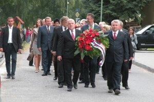 Minister obrany Martin Glváč na fotografii uprostred, poslanci NR SR  Dušan Jarjabek a Ladislav Andreánsky,  podpredseda ŽSK Jozef Štrba, ale aj ďalší vzácni hostia z Liptova.