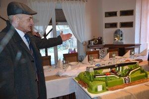 V Mýtnej na hostí čakala aj torta v tvare časti diaľničného úseku R2, ktorý povedie Novohradom.