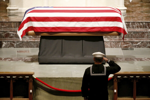 Vojak si uctieva pamiatku pri vystavenej rakve s telesnými pozostatkami zosnulého bývalého amerického prezidenta Georgea H.W. Busha v Episkopálnom kostole Sv. Martina v Houstone 5. decembra 2018.