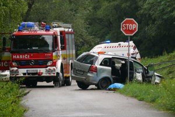 Auto prerazilo zábradlie, zahynula v ňom jedna žena.