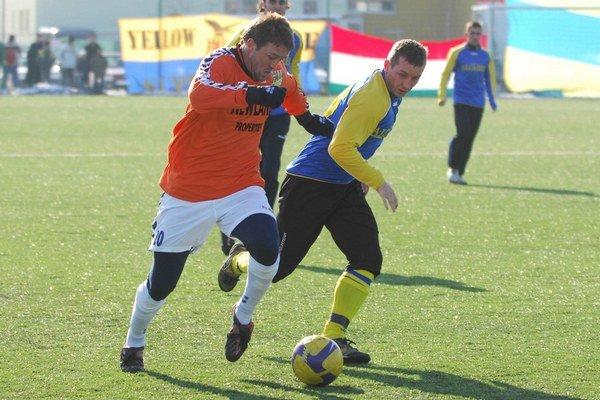 Stredopoliar  M. Labaška ešte ako útočník v drese DAC Dunajská Streda (vľavo) hrá momentálne v  Liptovskej Štiavnici.