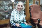 Pani Emília vo svojom kráľovstve, kde sa roja spomienky. Ukladá ich do kníh.