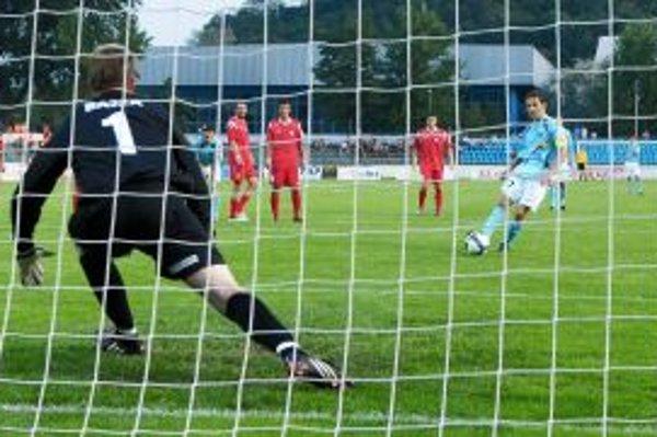 Rák premieňa jedenástku na vyrovnávajúci gól Nitry. Brankár Bajza nemal šancu.